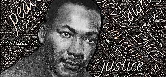 "Bildmontage: Portrait Martin Luther King und Begriffe ""peace"", ""liberation"", ""justice"" etc."